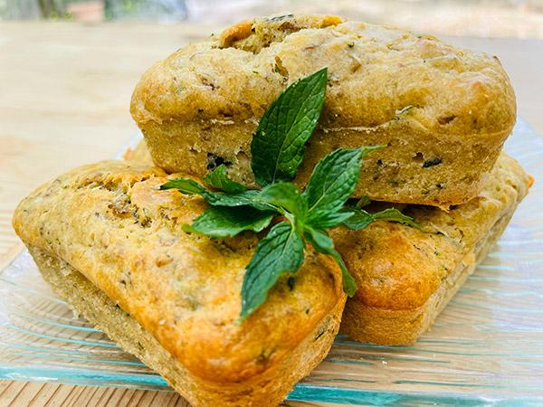 Mini cakes courgette, olive, menthe et parmesan